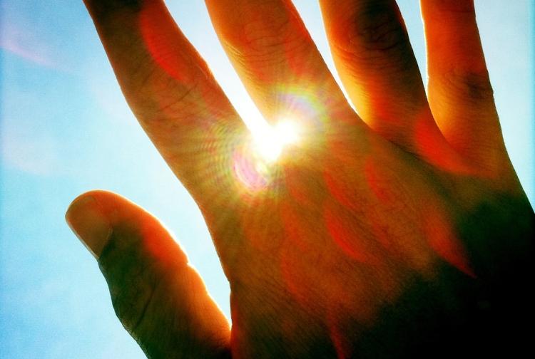 Eine Hand vor der Sonne | lacapocuoca.at