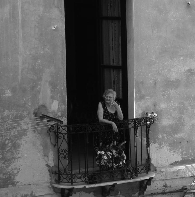 Eine alte Frau am Fenster | lacapocuoca.at