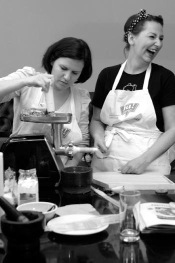 Zwei Bloggerinnen bei der Wurstherstellung